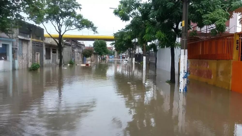 Córrego Ipiranga transbordou e alagou vias da Zona Sul da cidade de São Paulo na tarde deste domingo (10) — Foto: TV Globo/Reprodução