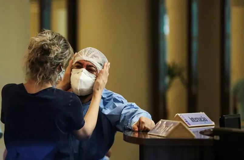 Reação de profissional da saúde em Manaus (AM) em meio à pandemia de coronavírus Foto: Bruno Kelly/Reuters