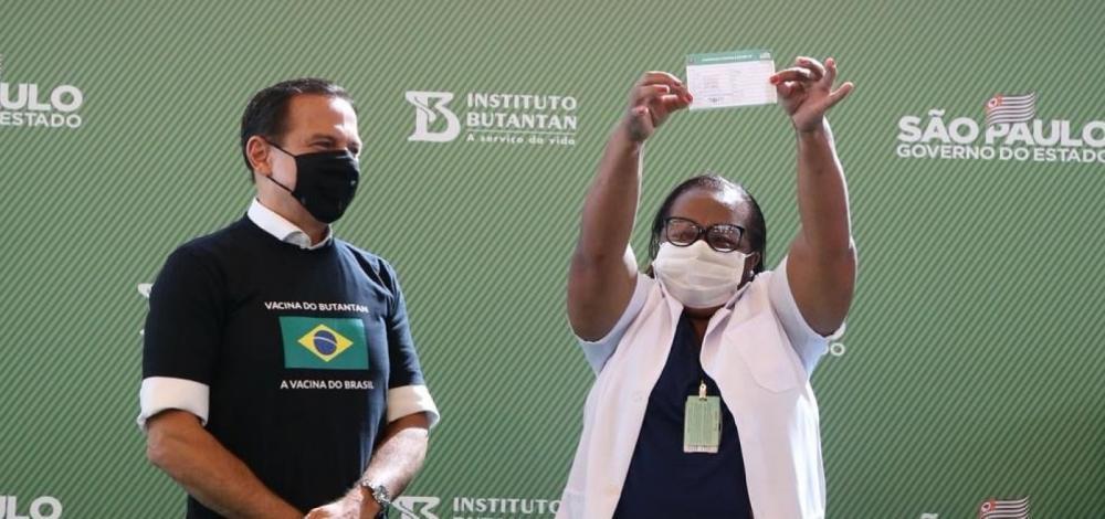 A enfermeira Mônica Calazans, de 54 anos, primeira pessoa a ser vacinada no Brasil. Foto: Governo de São Paulo