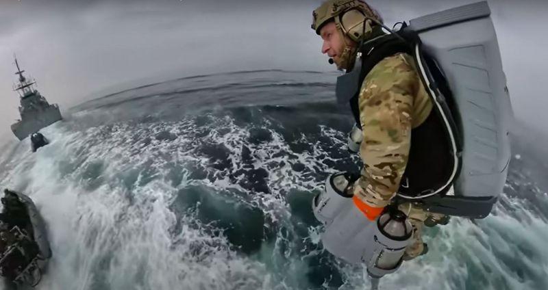 Marinha britânica testa roupa especial para embarque e desembarque no mar - (Foto: Reprodução/Gravity Industries)
